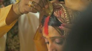 Нанесение красной полоски перед бракосочетание в Индии
